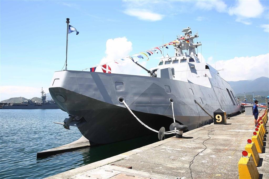 海軍參謀長敖以智16日表示,沱江艦後續艦及新型船塢運輸艦的命名作業預計2020年陸續展開。圖為配備雄二、雄三攻艦飛彈的沱江艦。(中央社檔案照片)