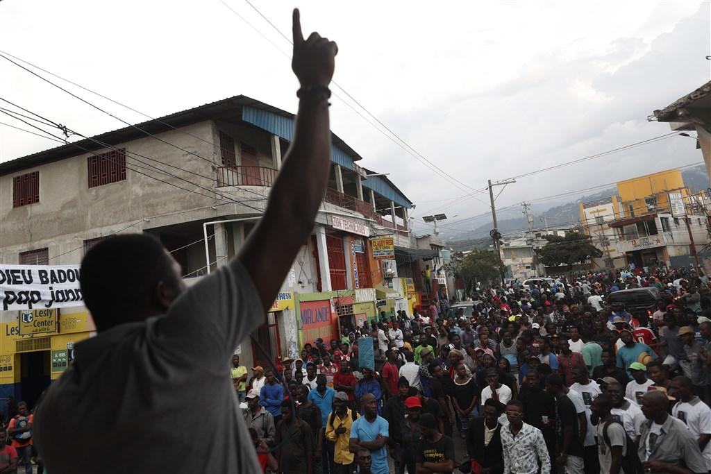 海地總統摩依士15日認了反對派示威5週以來的其中一項訴求,但抗議人士認為說服力不足,再次走上街頭。(美聯社)