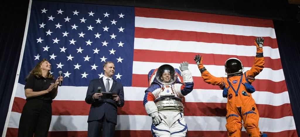 NASA 15日在華盛頓總部揭曉「獵戶座」機組員在旅程中穿著的救生服,和太空人屆時在月球表面穿著的「艙外探索太空服」原型。(圖取自NASA網頁nasa.gov)