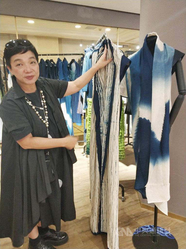藍染工序複雜且需用心對待,徐秋宜(圖)用天然染色來重新定義高級訂製服裝,她15日起在上海展示推廣自己的作品。中央社記者張淑伶上海攝 108年10月16日