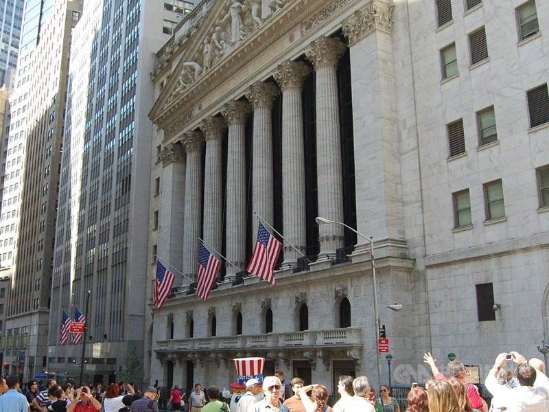 美國企業財報季15日登場,由於公布的財報大多表現亮麗,華爾街股市應聲收高,道瓊工業指數大漲237.44點。圖為紐約證交所。(中央社檔案照片)