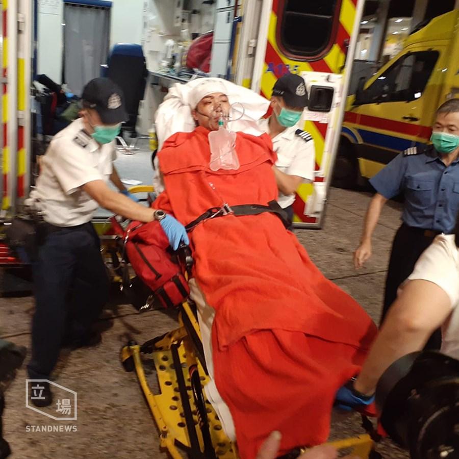 泛民組織民間人權陣線召集人岑子杰(中)16日晚在旺角鴉蘭里遇襲受傷倒地,被送醫急救,情況穩定。(立場新聞提供)