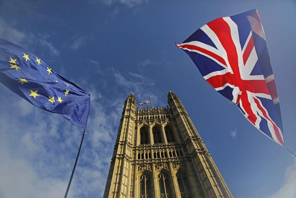 英國首相強生發言人16日表示,強生政府打算於20日向國會提交一項法案,以讓英國能在2020年1月脫離歐盟。圖為倫敦維多利亞塔前的英國國旗及歐盟旗幟。(法新社提供)