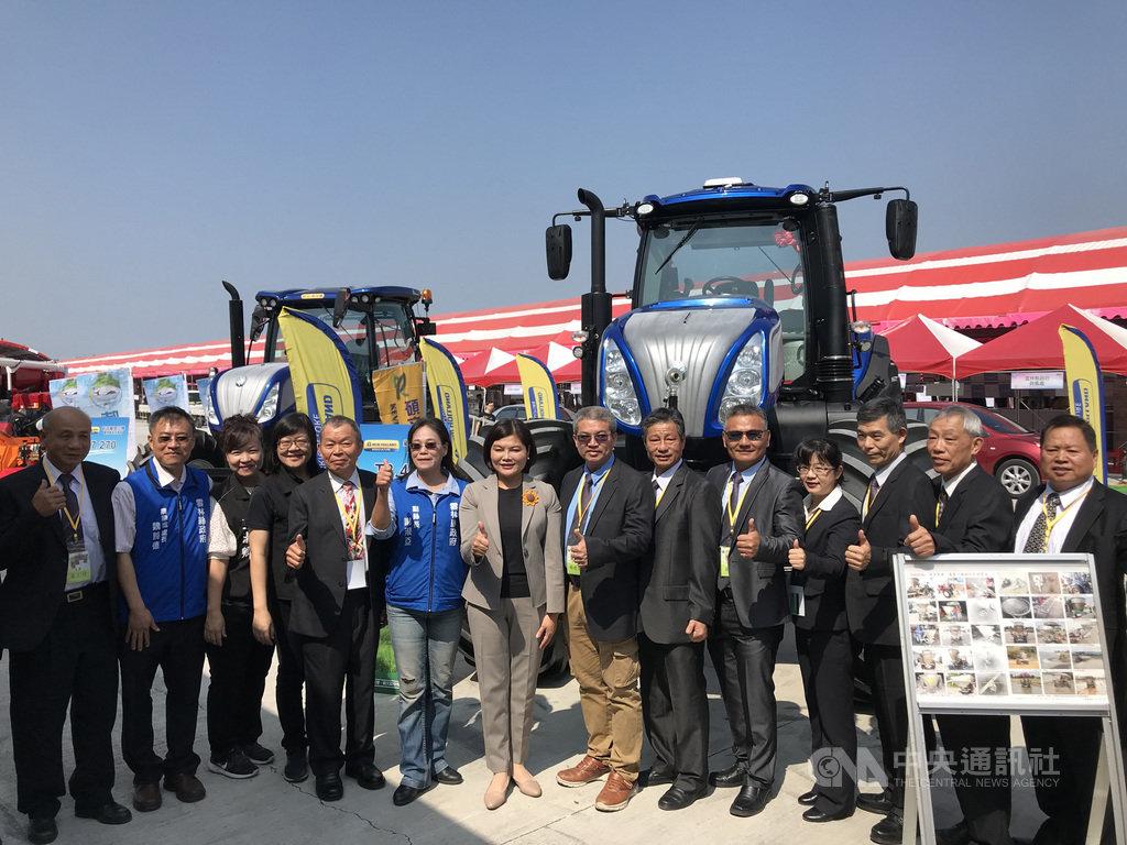雲林縣長張麗善(右8)17日宣布為期3天的雲林國際農業機械暨資材展,19日將在虎尾高鐵特定區登場。中央社記者姜宜菁攝  108年10月17日