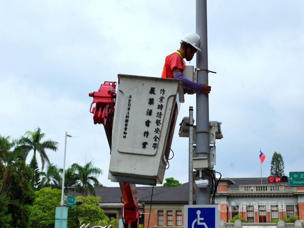 新竹市政府守護空氣品質,於轄內設置345個微型空氣品質感測器,讓民眾可上網查詢空氣品質,做好因應,守護健康。圖為工程人員於電桿裝設空品感測器情形。(新竹市政府提供)中央社記者魯鋼駿傳真  108年10月17日
