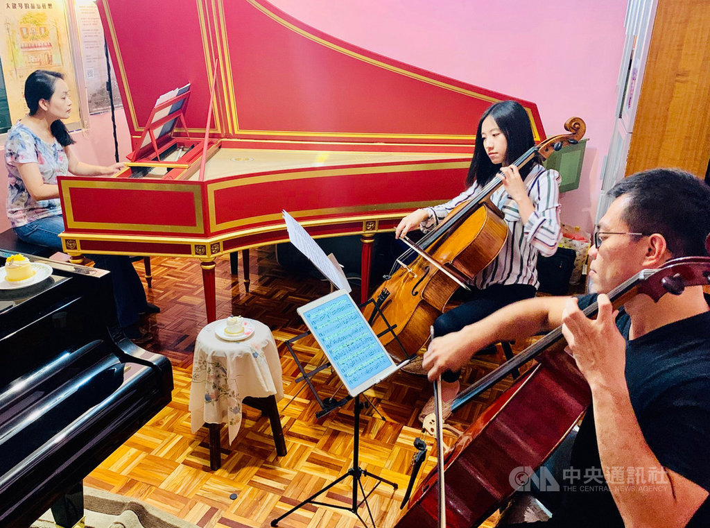 大鍵琴家蔡佳璇(左起)、大提琴家廖璽喬與陳世霖攜手演出「大鍵琴的甜點狂想-聆賞古今,品味幸福」音樂會,帶來甜點與音樂交流的藝術盛宴。中央社記者趙靜瑜攝  108年10月17日