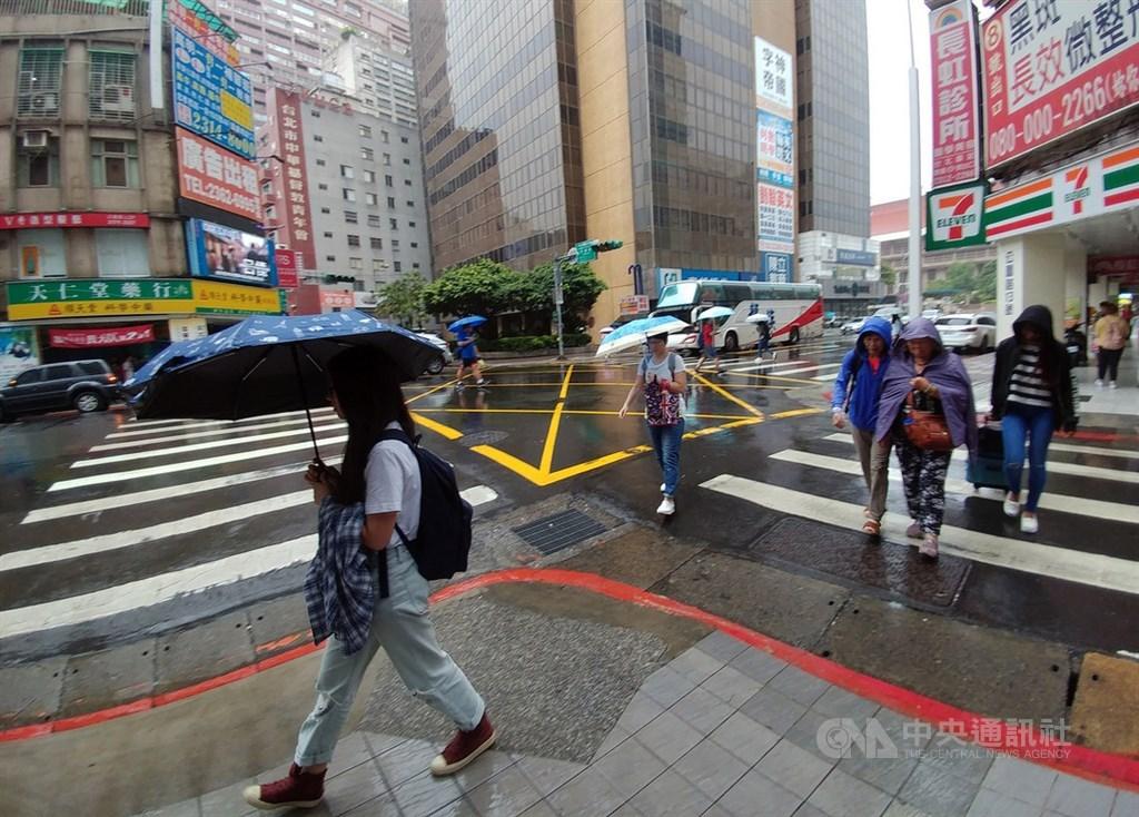中央氣象局表示,17日東北風持續影響,北部及東半部有局部短暫雨,各地早晚偏涼。(中央社檔案照片)