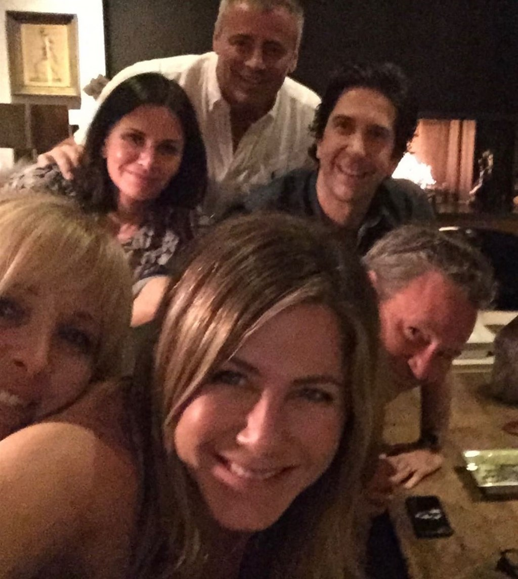 美國女星珍妮佛安妮斯頓(前中)15日加入IG行列,上傳的第一張照片正是她與「六人行」另外5名主角的自拍照。(圖取自珍妮佛安妮斯頓IG網頁instagram.com/jenniferaniston)