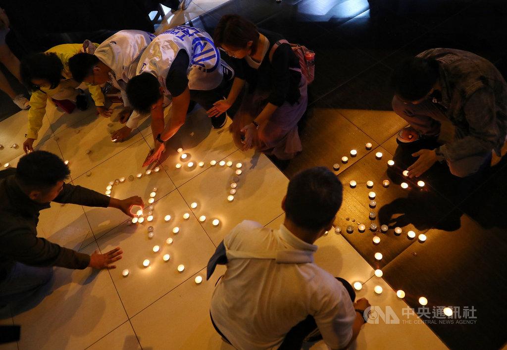 台鐵普悠瑪6432列車在宜蘭新馬站翻覆事故將滿一年,台灣鐵路產業工會17日晚間在台北舉行追思活動,參與民眾一同用燭光排出「運輸安全」字樣,追悼亡者的同時也祈盼平安。中央社記者王騰毅攝 108年10月17日