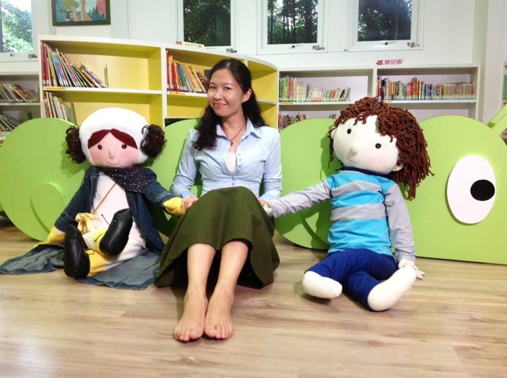 兒童作家幸佳慧16日病逝,享年46歲。她長期從事兒童文學創作、推廣、研究與翻譯,日前獲2019年金鼎獎特別貢獻獎。(圖取自facebook.com/chiahui.hsing)