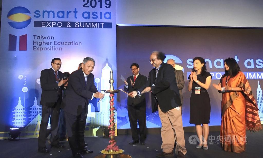 駐印度代表田中光(前排左)與印度官員和貴賓17日為貿協在孟買主辦的2019年智慧亞洲展點燈開幕。中央社記者康世人孟買攝  108年10月17日