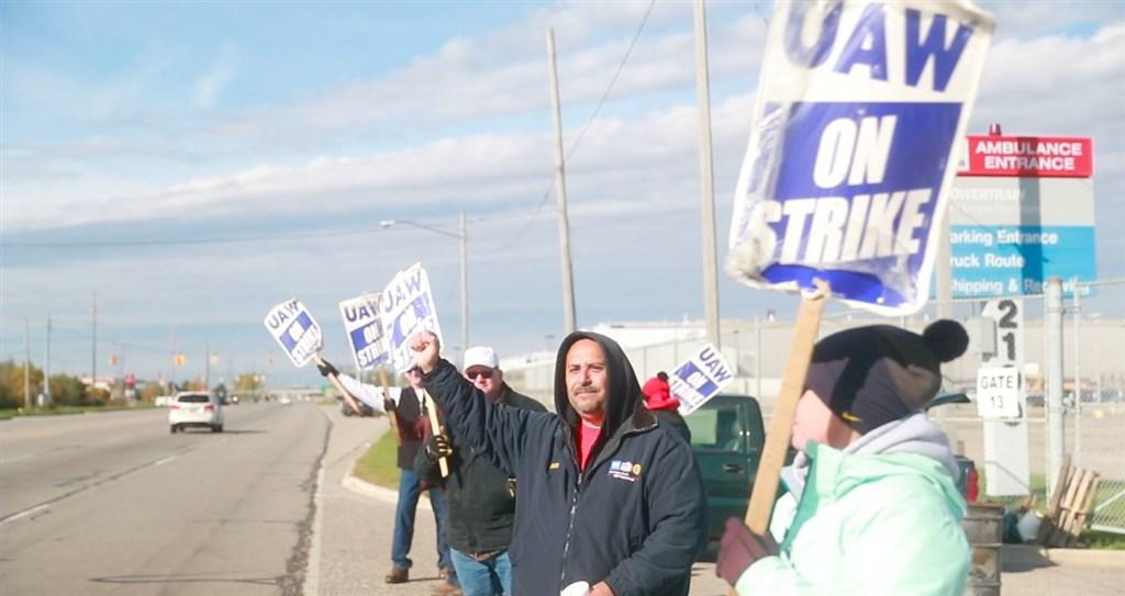 美國聯合汽車工會發動罷工癱瘓通用汽車營運,雙方16日宣布達成暫行性勞動協議,以結束長達月餘之久的罷工行動。(圖取自twitter.com/UAW)