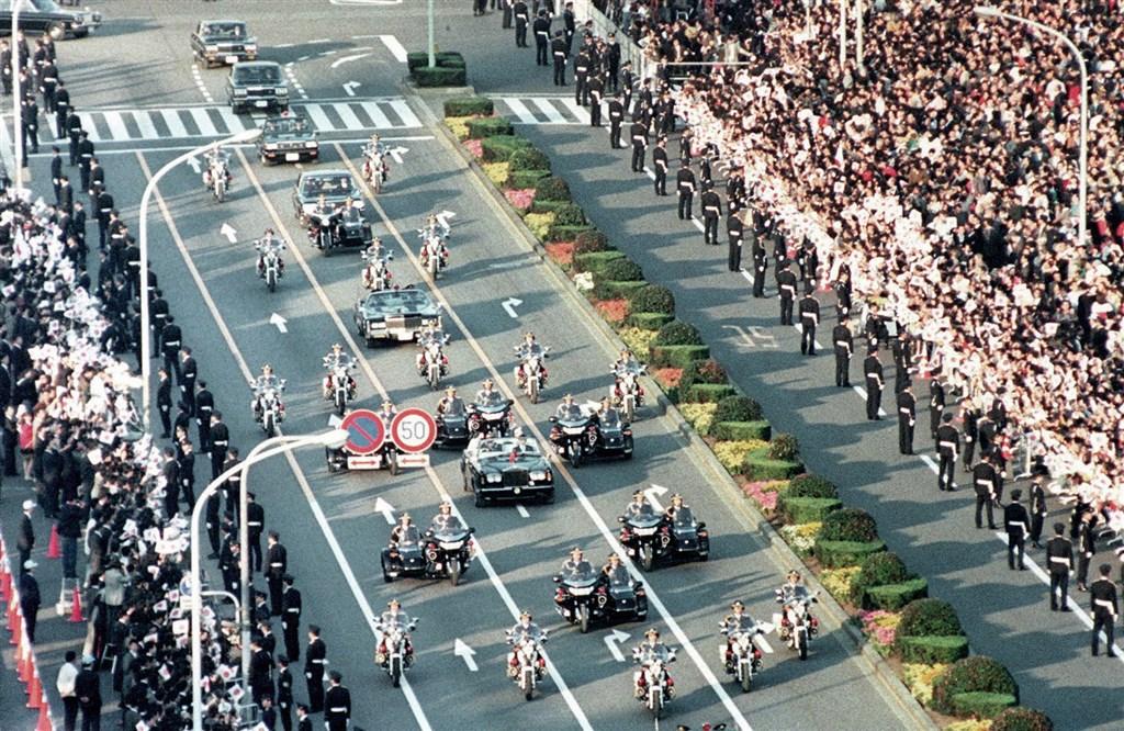 因日前颱風哈吉貝帶來嚴重災情,日本政府原訂22日舉行祝賀日皇德仁即位的遊行儀式延期。圖為1990年日皇明仁即位後舉行的遊行。(檔案照片/共同社提供)