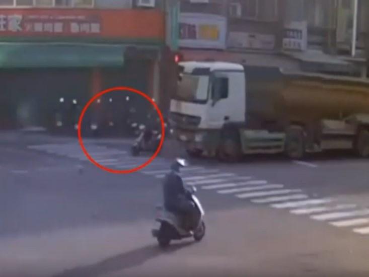 台中市16日發生砂石車碰撞機車事故,一名國一女學生與72歲外婆遭捲入車底身亡。(翻攝畫面)