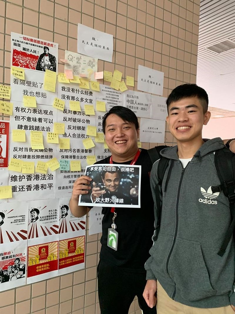 香港反送中延燒,政治大學連儂牆出現簡體字貼文挺港警,學生團體認為,正常表達意見不會被強制移除,這就是台灣的民主和言論自由。(圖取自facebook.com/NCCUWildFire)