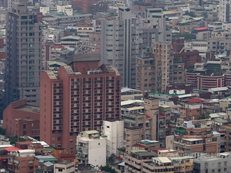 台北市長柯文哲17日赴議會報告時說,預定2020年起單一且自住房屋稅率從1%降到0.6%;持6戶以上,從原有3.6%升至4.8%。(示意圖/中央社檔案照片)