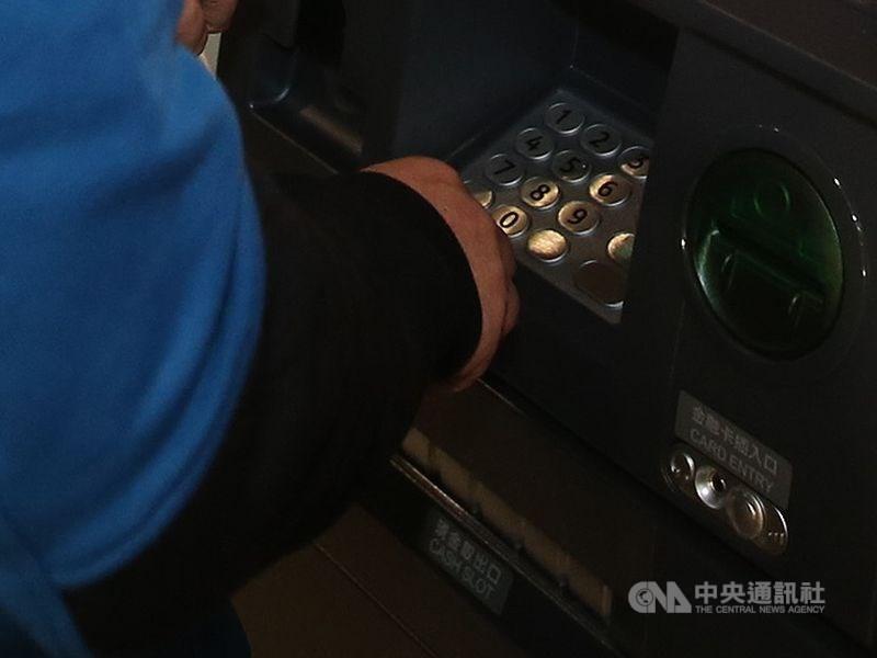國內銀行ATM 17日傍晚大當機,導致民眾無法跨行提款。(示意圖/中央社檔案照片)