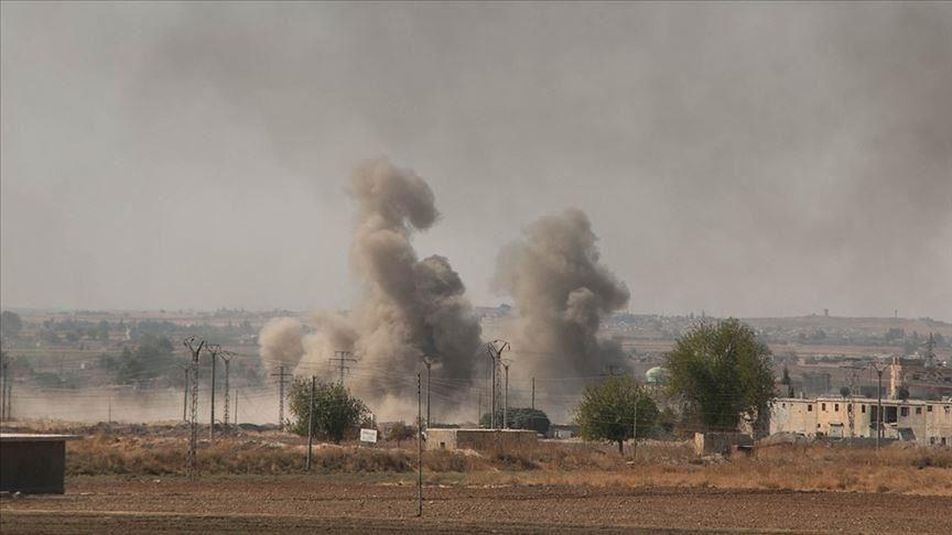美國國會眾議院16日以壓倒性票數通過聯合決議案,譴責總統川普由敘利亞北部撤出美軍,讓土耳其攻擊當地原為美國盟友的庫德族。圖為敘利亞北部遭攻擊濃煙密布。(安納杜魯新聞社提供)