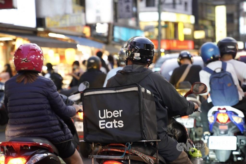 黃姓Uber Eats外送員10月13日車禍死亡,引發外界關注美食外送員權益。台北市勞動局18日開罰Uber Eats新台幣30萬元。(示意圖/中央社檔案照片)