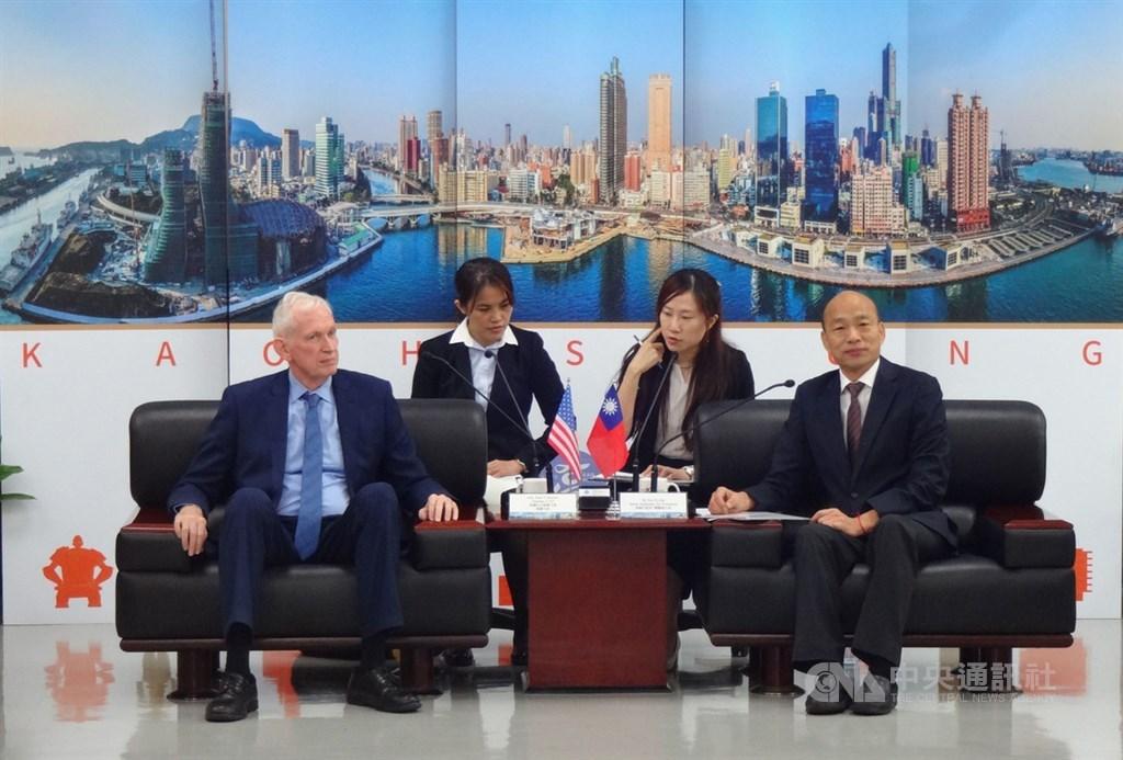 高雄市長韓國瑜(前右)18日與美國在台協會(AIT)主席莫健(James Moriarty)(前左)會面。中央社記者陳朝福攝 108年10月18日