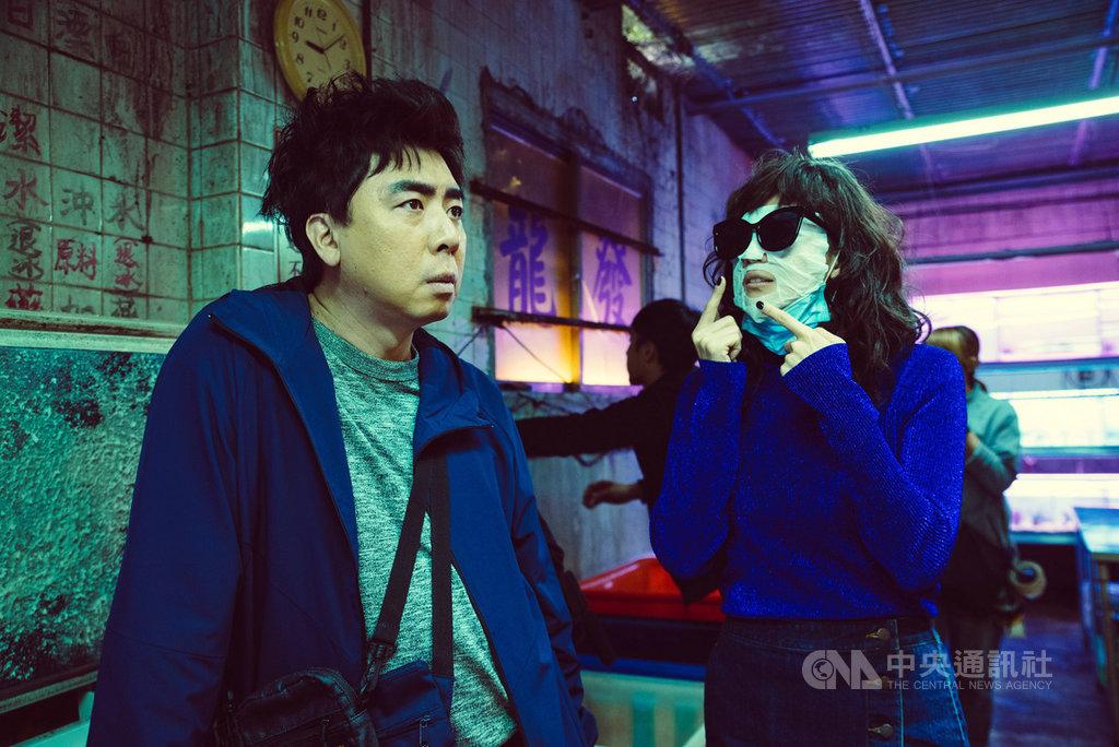 藝人阿喜(右)參演國片「江湖無難事」,被導演要求不能有任何表情,卻必須對上具冷面笑匠喜感的梁赫群(左),讓她憋笑憋得好辛苦。(華映娛樂提供)中央社記者洪健倫傳真 108年10月18日