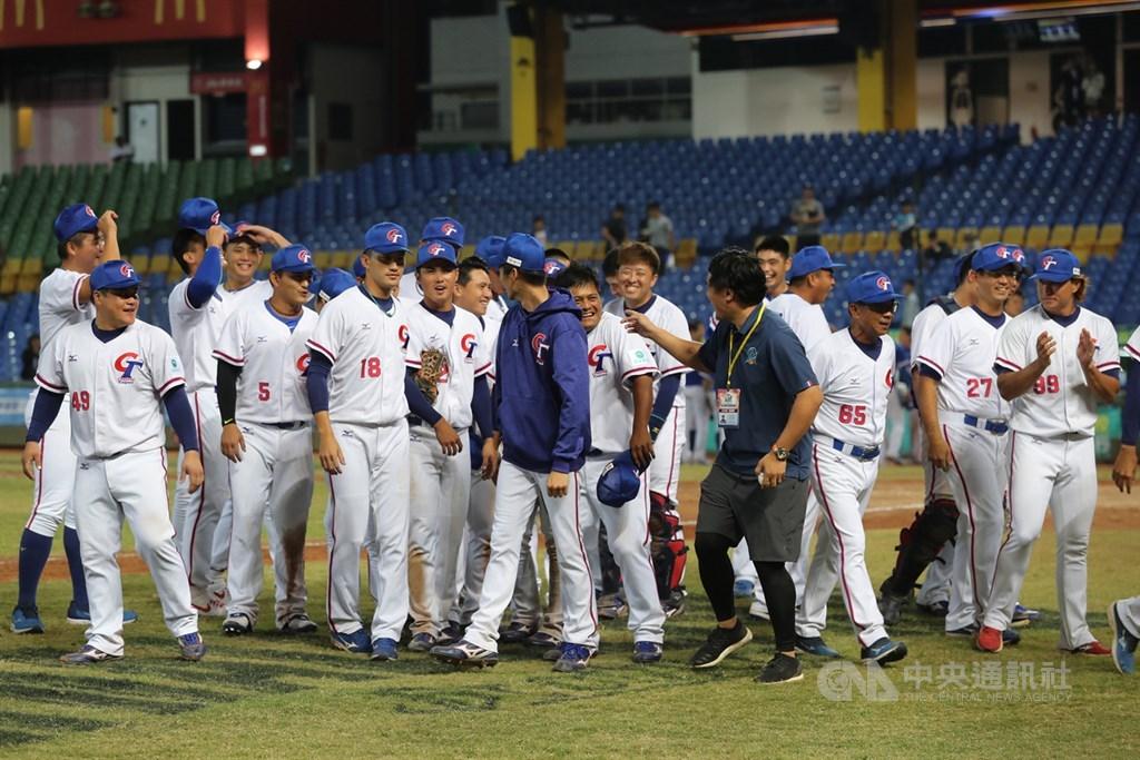 2019第29屆亞洲棒球錦標賽18日複賽賽程開打,中華隊晚間在台中洲際棒球場進行與韓國隊交手,終場以7比1拿下複賽首勝,球員們賽後場中開心互動。中央社記者張皓安攝 108年10月18日