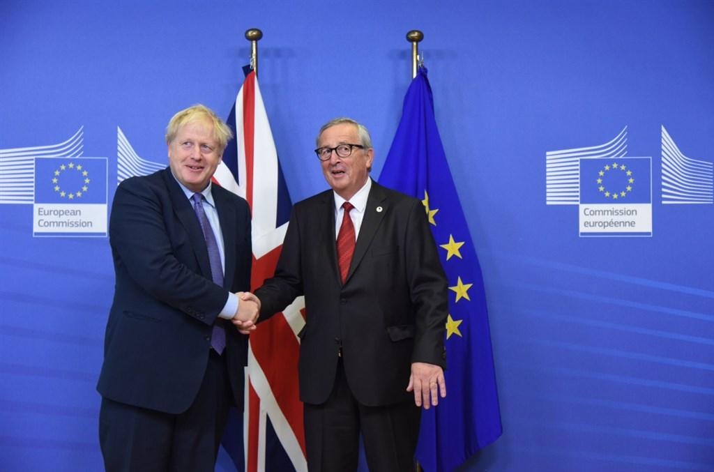 根據英國首相強生(左)和歐盟執委會主席榮科的說法,歷經數個月談判,英國與歐盟17日達成新脫歐協議。(圖取自twitter.com/EU_Commission)