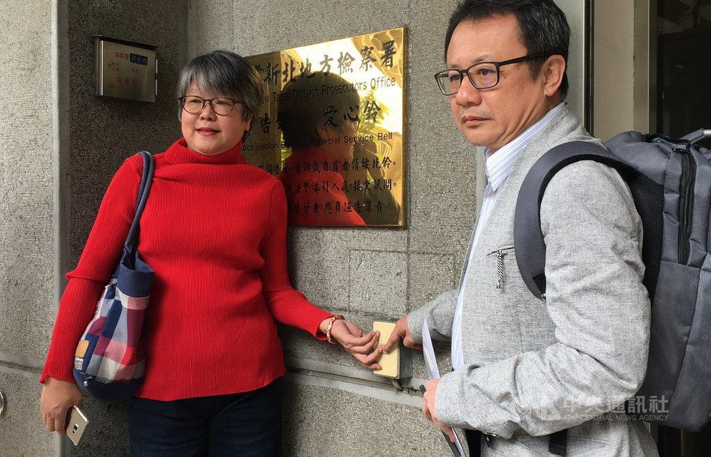 媒體人黃光芹(左)與前民進黨立委賴坤成(右)18日前往新北地檢署,按鈴控告國民黨總統參選人韓國瑜妨害名譽。中央社記者黃旭昇新北攝 108年10月18日
