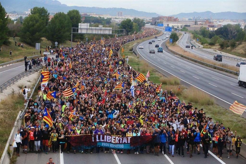 西班牙加泰隆尼亞自治區爆發聲援獨派領袖的抗議活動進入第5天,數以千計抗議者將抵達巴塞隆納,示威規模料將達到高峰。(圖取自facebook.com/CatalansForYes)