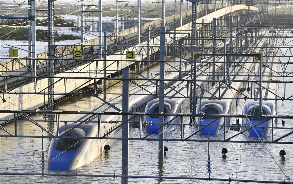 受颱風哈吉貝侵襲,位於長野市的長野新幹線機廠淹水,新幹線車廂受損。負責營運日本北陸新幹線的JR東日本公司18日表示,預計25日起恢復東京站往來金澤站全線行駛。圖為北陸新幹線列車泡水畫面。(檔案照片/共同社提供)