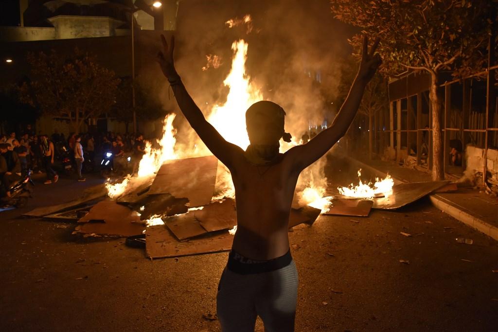 黎巴嫩的示威者在首都貝魯特的廣場焚燒輪胎,以堵住通往機場的道路,抗議政府擬對部分通訊軟體徵稅。(安納杜魯新聞社提供)