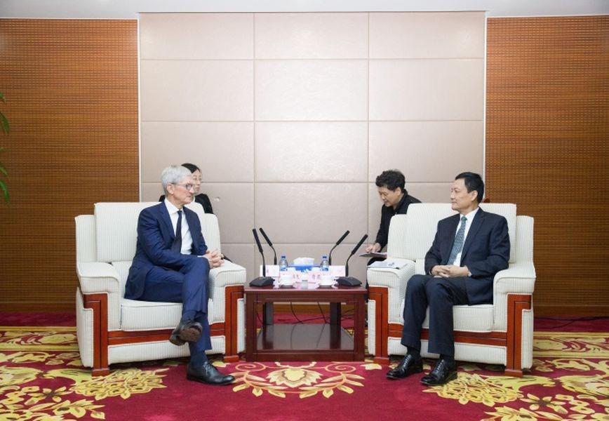 中國國家市場監督管理總局局長肖亞慶(前右)17日會見庫克(前左)等人。(圖取自中國國家市場監督管理總局官網)