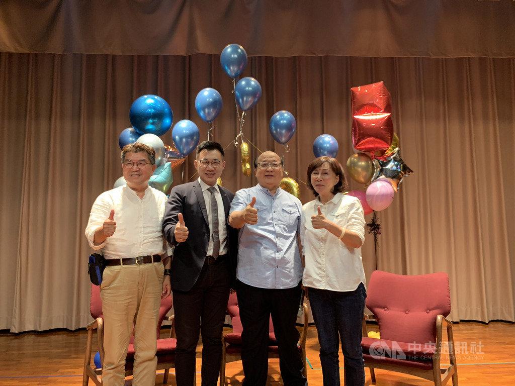 前台中市長胡志強(右2)19日出席活動時受訪表示,國民黨最大問題就是要盡速世代交替,每個人都說,但都做不到。他說,「鞠個躬華麗轉身,也沒叫你下台」,把機會讓給年輕人。中央社記者趙麗妍攝 108年10月19日