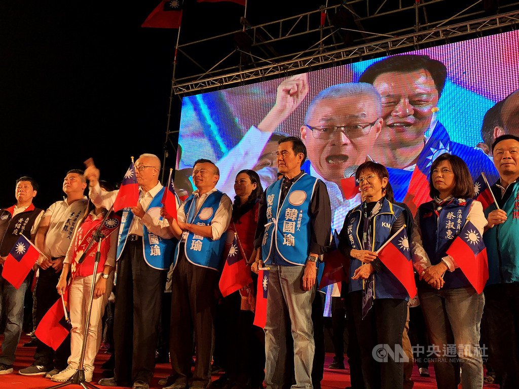 國民黨總統參選人韓國瑜19日在台南造勢,並與黨主席吳敦義、前總統馬英九合體。中央社記者余祥攝 108年10月19日