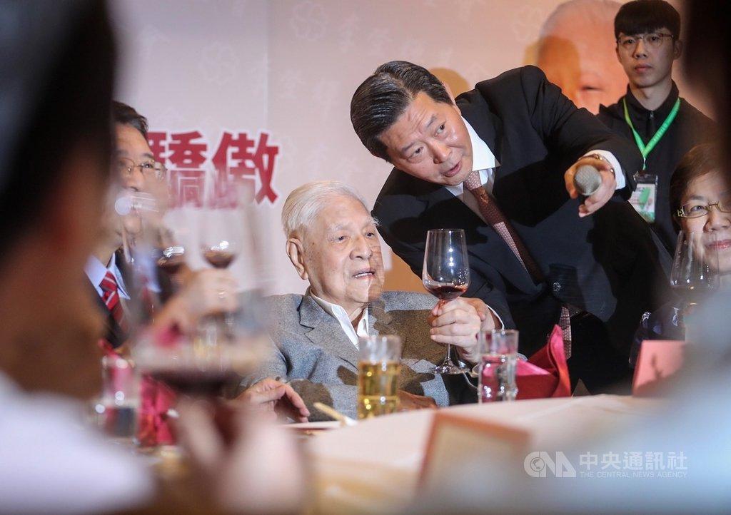 李登輝基金會19日晚間在台北舉辦2019募款餐會,前總統李登輝(後中)出席與會,舉杯向現場來賓敬酒致意。中央社記者裴禛攝 108年10月19日