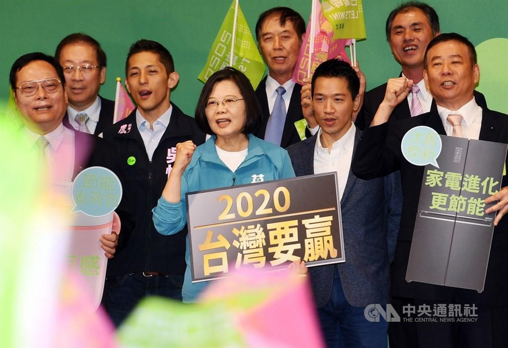 總統蔡英文(前中)19日在台北出席「2020蔡英文總統連任全國電器業界後援會成立大會」致詞,與現場支持者高呼口號加油打氣。中央社記者施宗暉攝 108年10月19日