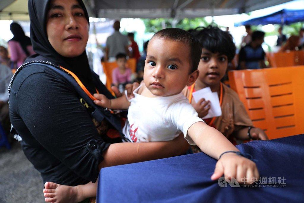 馬來西亞安邦的戶外流動義診擠滿了病患,難民攜家帶眷等待就醫。中央社記者黃自強吉隆坡攝 108年10月19日