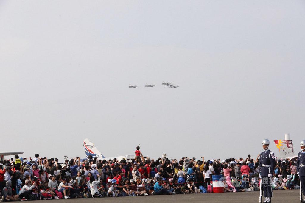 空軍台南基地19日開放參觀,以IDF戰機衝場揭開序幕,吸引民眾目光。中央社記者張榮祥台南攝 108年10月19日