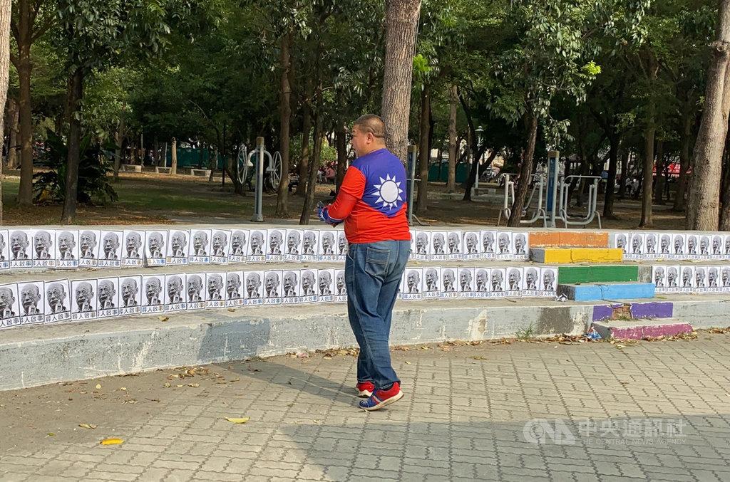 國民黨總統參選人韓國瑜前進台南造勢,活動主場的南區水萍塭公園19日被發現貼上寫著「尋人啟事」的韓國瑜大頭照,挑釁意味濃厚。中央社記者張榮祥台南攝 108年10月19日
