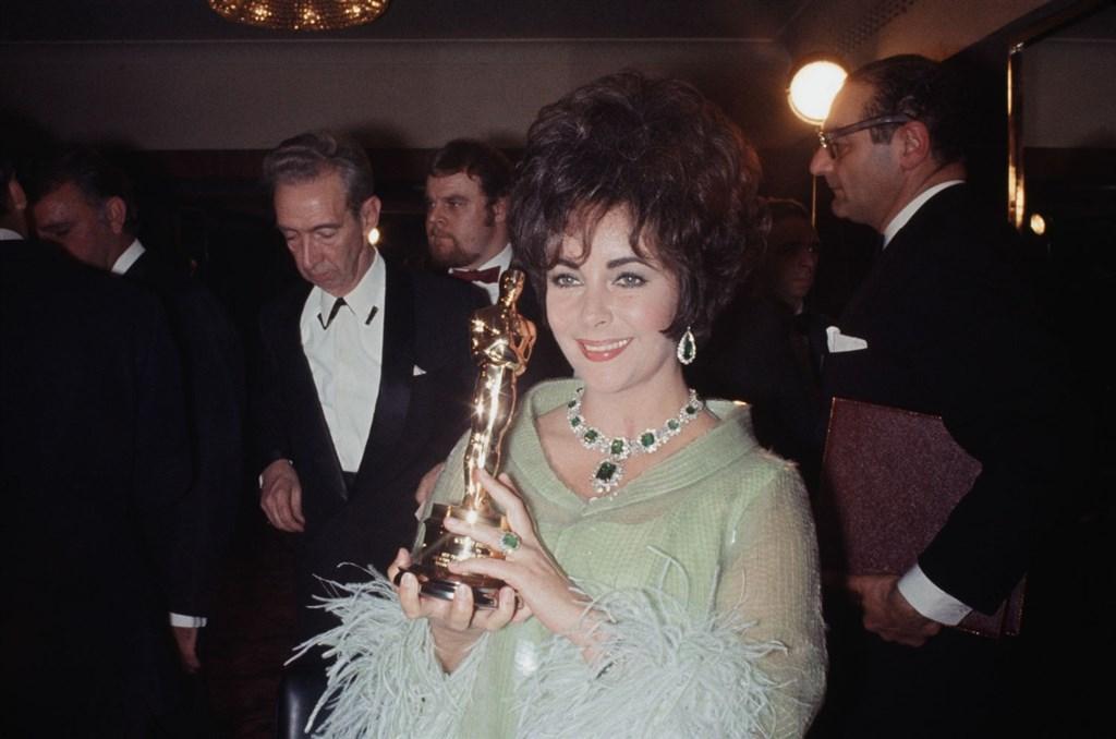 好萊塢已故巨星伊莉莎白泰勒(前中)的私人珍品,將在12月於瑪麗皇后2號郵輪上被拍賣。(圖取自伊莉莎白泰勒官方網頁elizabethtaylor.com)