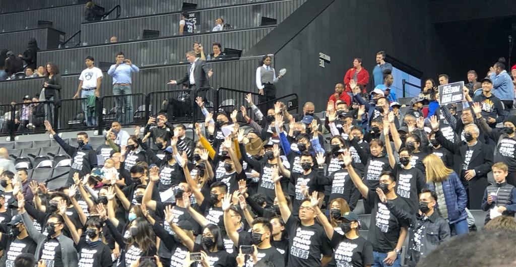 上百名聲援香港反送中示威活動的民眾,18日晚間身著「和香港站在一起」的黑色T恤現身紐約布魯克林籃網賽事,支持香港示威運動。(圖取自twitter.com/yashar)