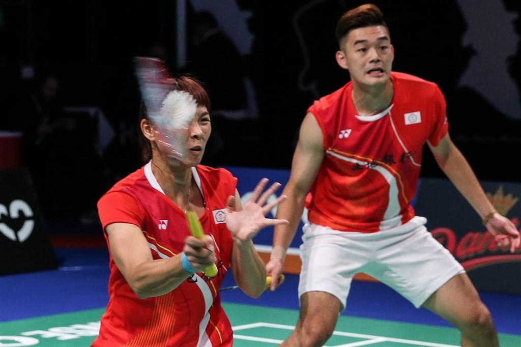 台灣混雙組合王齊麟(後)與程琪雅(前)19日在丹麥羽球公開賽以兩個12比21輸給印尼組合,4強止步。(facebook.com/bwfbadminton)
