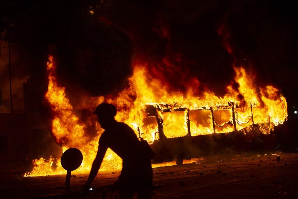 不滿地鐵票價調漲的暴動,讓擁有600萬人口的智利聖地牙哥一片混亂,不僅市區一棟建築陷入火海,地鐵系統也停擺。(法新社提供)