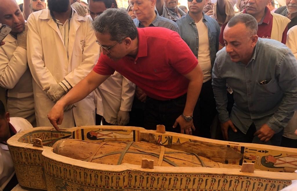 埃及古物管理19日發表近幾年來「最重大且最重要」的考古成果,揭露最近在南部古城勒克索出土30具近3000年前木棺。(圖取自twitter.com/AntiquitiesOf)