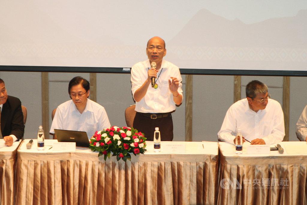 國民黨總統參選人韓國瑜(中)20日在台南舉行觀光政策記者會,韓國瑜宣布,若能當選,將把交通部觀光局的位階提升到部會層級。中央社記者楊思瑞攝  108年10月20日