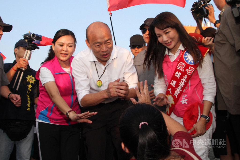 國民黨總統參選人韓國瑜(前中)20日下午到台南市黃金海岸出席淨灘活動,向在沙灘上遊憩的民眾打招呼。中央社記者楊思瑞攝  108年10月20日