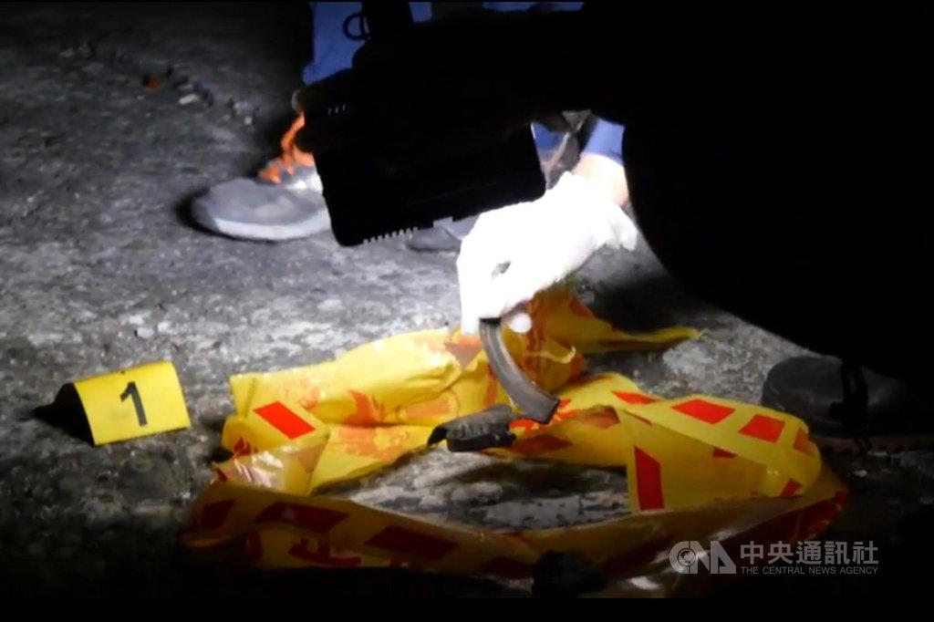 宜蘭縣頭城鎮吳姓老翁平時從事資源回收,20日在工寮切割一個撿到的鐵製長條管狀物時發生爆炸,老翁當場被炸死,現場殘留疑似爆裂物殘骸,警方獲報後拉起封鎖線展開調查。(讀者提供)中央社記者沈如峰宜蘭縣傳真  108年10月20日