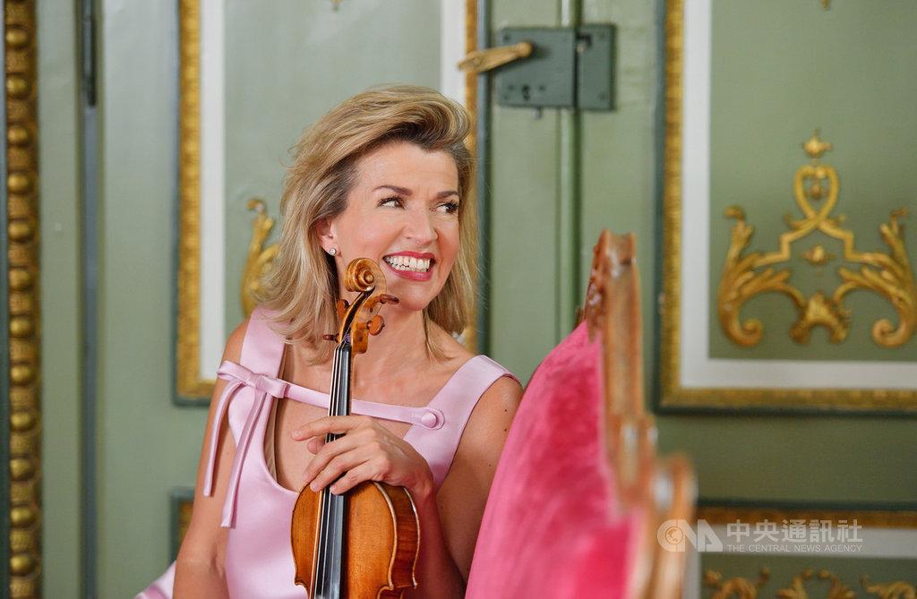 德國知名小提琴家慕特每次演出總能不落俗套,她表示,演奏電影配樂不是為了讓人因此愛上古典,「而是讓人感受小提琴的魅力」。(牛耳藝術提供)中央社記者趙靜瑜傳真  108年10月20日