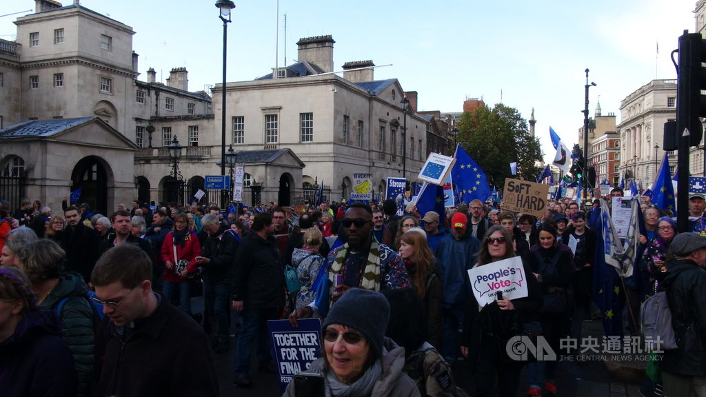 英國國會19日表決脫歐協議,國會外聚集上百萬留歐派民眾,希望扭轉英國脫歐決定。中央社記者戴雅真倫敦攝 108年10月20日
