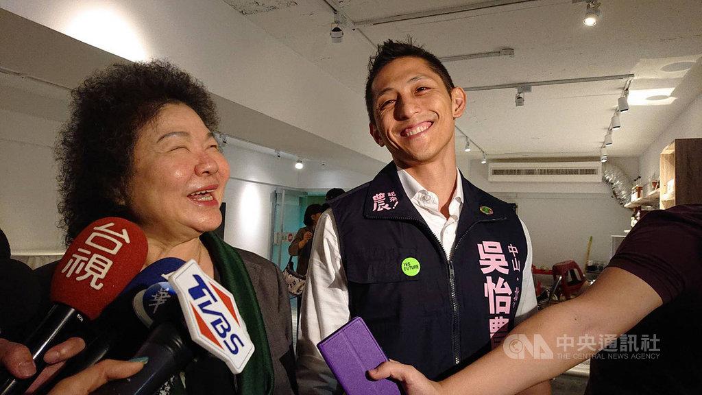 總統府秘書長陳菊(左)20日替民進黨立委參選人吳怡農輔選,她呼籲台灣社會應該給這個優秀人才機會。中央社記者葉素萍攝 108年10月20日